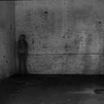 """""""Case"""", 2011, registro fotográfico de performance, 3 fotografias, dimensões variáveis"""