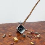 """""""Transmissão Brasília"""", 2006 - 2015, mastro de madeira, arquivo de som, alto-falante, mp3 player, energia elétrica, fio de aço, estrutura de metal, tijolos, pedras e ferramentas, dimensões variáveis"""