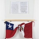 """Al pueblo peruano"", 2014, fotocopias, vidro, madeira, bandeiras, 1,28x72x6,5 cm"